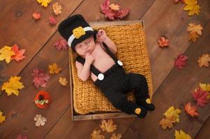 nyfött pojke som bär en pilgrimsdräkt foto