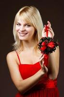 vacker flicka med juldekoration foto