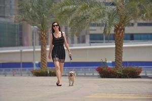 glad ung kvinna med valp ha kul foto