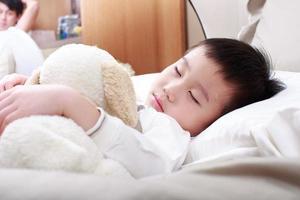 porträtt av liten pojke foto