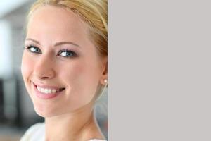 porträtt av lycklig kvinna lutad på väggen foto