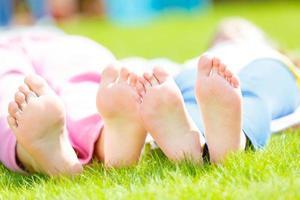 barn klackar på gräset foto