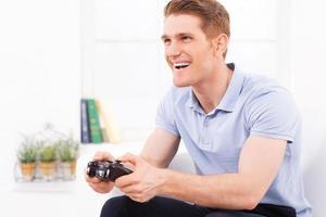 spelar sitt favorit videospel. foto