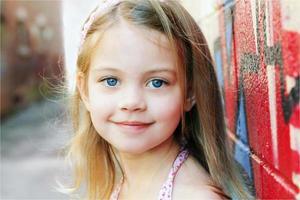 barn leende foto