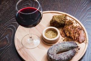 köttfilékorv och rött vin foto