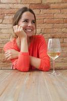 kvinna och ett glas vitt vin foto