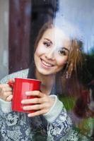 kvinna njuter av morgonen med en kopp kaffe foto