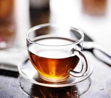glas te med tepåse i bakgrunden foto