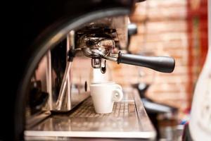 maskin som förbereder espresso i kafé eller bar
