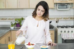 attraktiv kvinna äter frukost foto