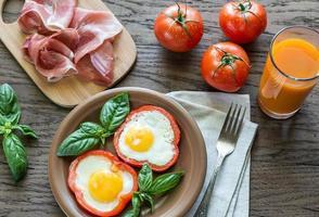 stekt ägg med prosciutto på träbordet foto