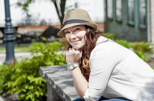 vacker ung kvinna i staden foto