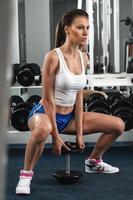 sportig kvinna i gymmet foto