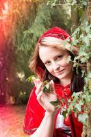 liten röd huva i skogen foto
