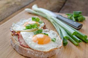 färskt bröd med ägg och skinka foto