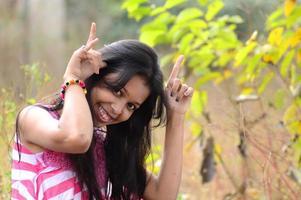 närbild porträtt av vacker tonårsflicka med uttryck. foto