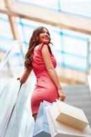 tjej med shoppingväskor foto