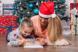mamma och dotter som väntar på jul foto