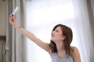 kvinna gör selfie foto hemma