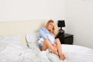 le kvinna i hennes sovrum foto