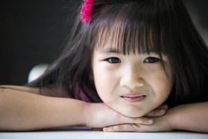 porträtt av glad asiatisk söt flicka foto