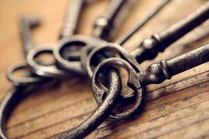 gamla nycklar på ett träbord, närbild foto