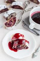 körsbär och valnötstrudel på ett vitt bord. selektiv inriktning foto