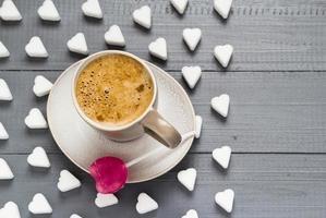 kopp kaffe godis hjärtformade klubbor sockerbitar foto