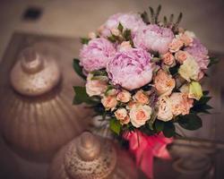 bukett med rosa pioner på bordet foto