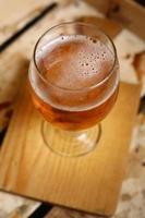 glas öl i en låda foto