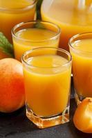 färsk aprikos juice och aprikoser med mynta foto