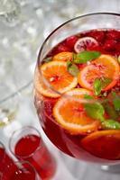 röd saft med färsk apelsin på vit bakgrund foto