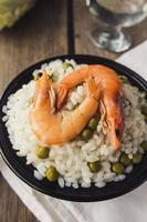 räkor och ris med gröna ärtor i skål foto