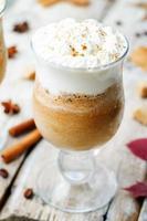pumpakrydd frappuccino med vispad grädde foto