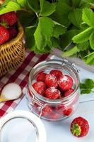 hemlagad konserver, förbered kompott av jordgubbar. foto