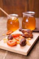 honung med torr frukt foto