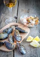musslor med ett glas vin på träbordet