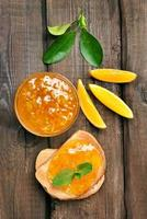 bröd och apelsin sylt, ovanifrån foto
