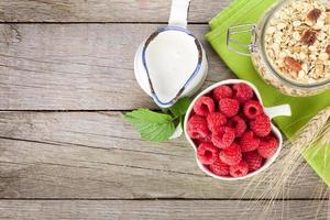 hälsosam frukost med müsli, bär och mjölk foto