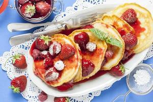 små amerikanska pannkakor med hallon och jordgubbar foto