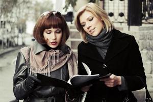 unga affärskvinnor med en mapp foto