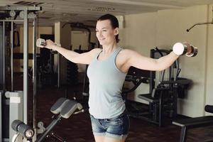 atletisk ung kvinna som gör ett träningspass foto
