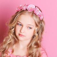 söt flicka som bär blommigt pannband foto