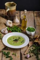 soppa med unga ärtor foto