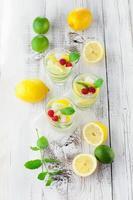 limonad i ett glas med mynta foto