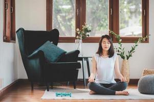 asiatisk kvinna som utövar yogmeditation
