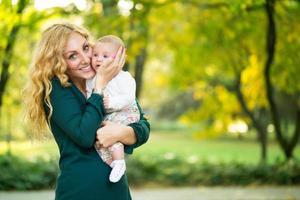 porträtt av ung mamma med baby foto