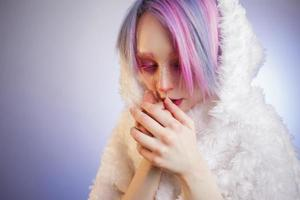 ovanlig tjej med rosa hår, känner mig kallt och kuteesa i foto
