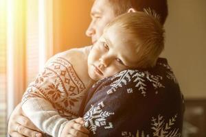 far och son.indoor nära fönstret foto