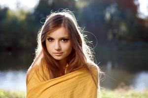 ung vacker kvinna lade sig upp i en halsduk foto